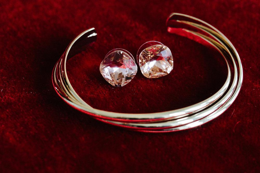 Detaljbilde av brudens smykker