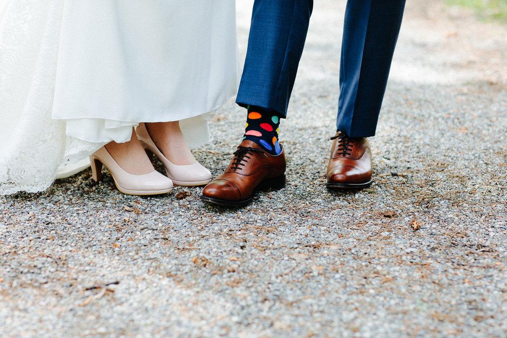 Bruden og brudgommens sko. Brudgommen med fargerike sokker.