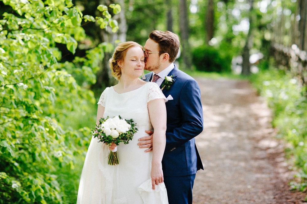 Bryllupsbilde av brud og brudgom på bygdetun i Sverige