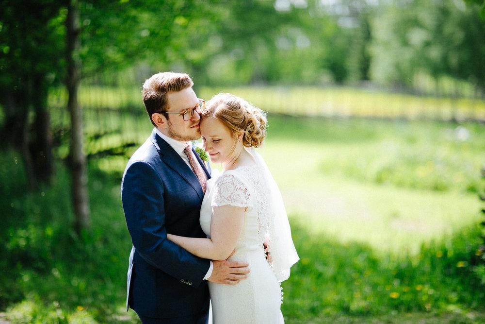 Forelsket brudepar omgitt av grønn skog