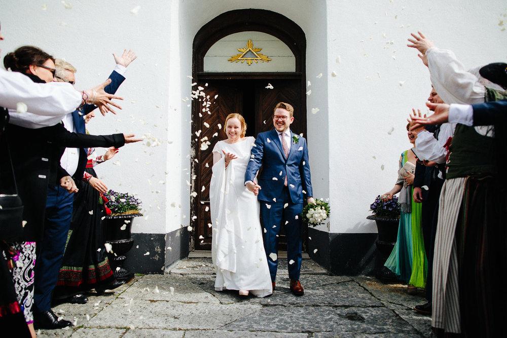 Kirketrapp konfetti bryllup vielse brudepar