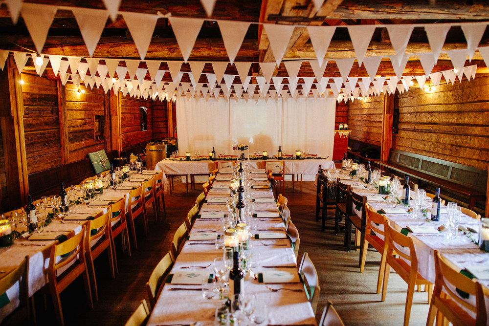 Vimpler i taket og festpyntet lokale til bryllupsfeiring
