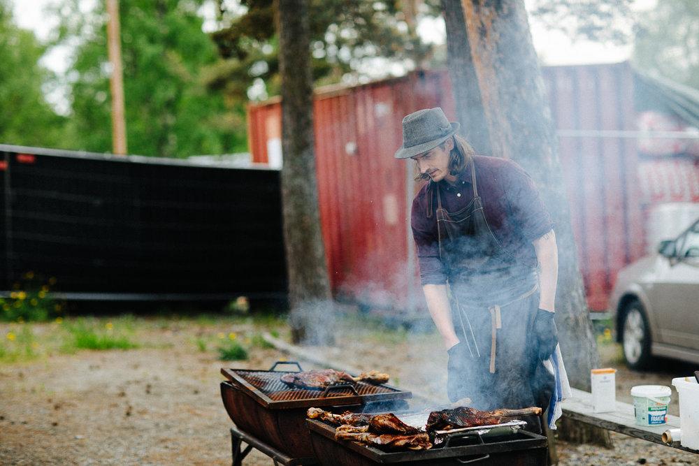 Profesjonell BBQ kokk griller under bryllupsfest i Sverige