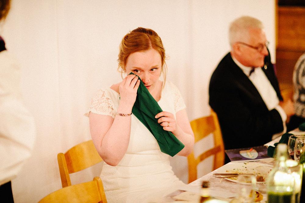 Bruden blir rørt og tørker en tåre i bryllupet