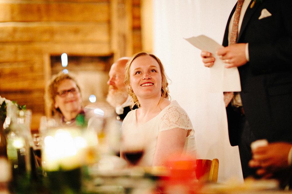 Brud smiler mens brudgommen taler til henne
