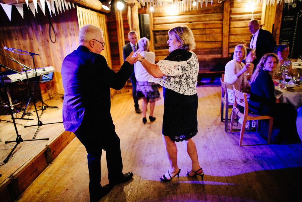 Brudgommens foreldre på dansegulvet i bryllupet