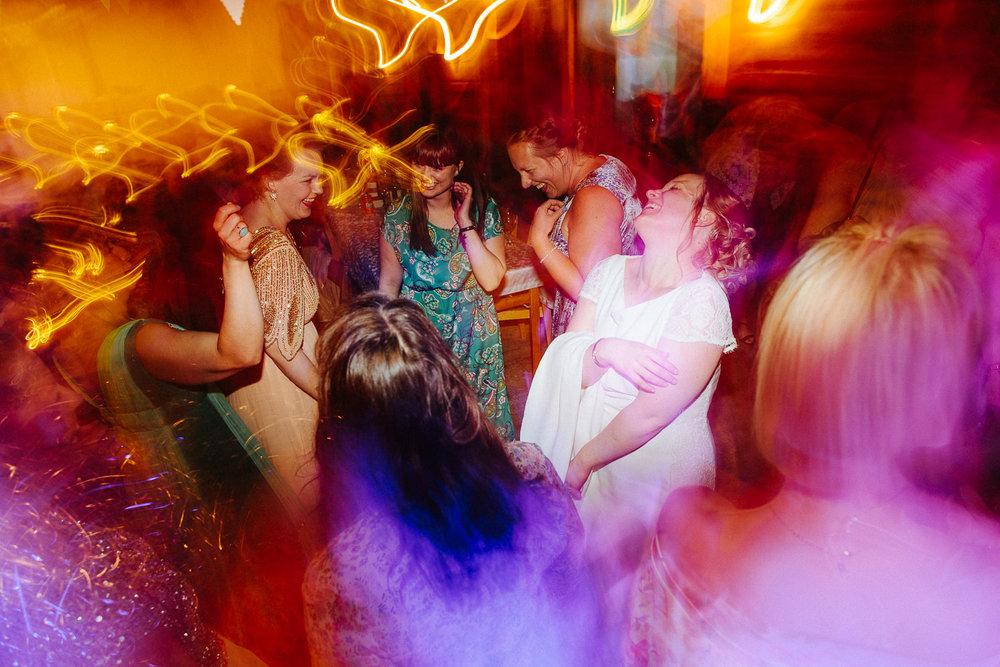 God stemning på dansegulvet under bryllupsfest i Sverige