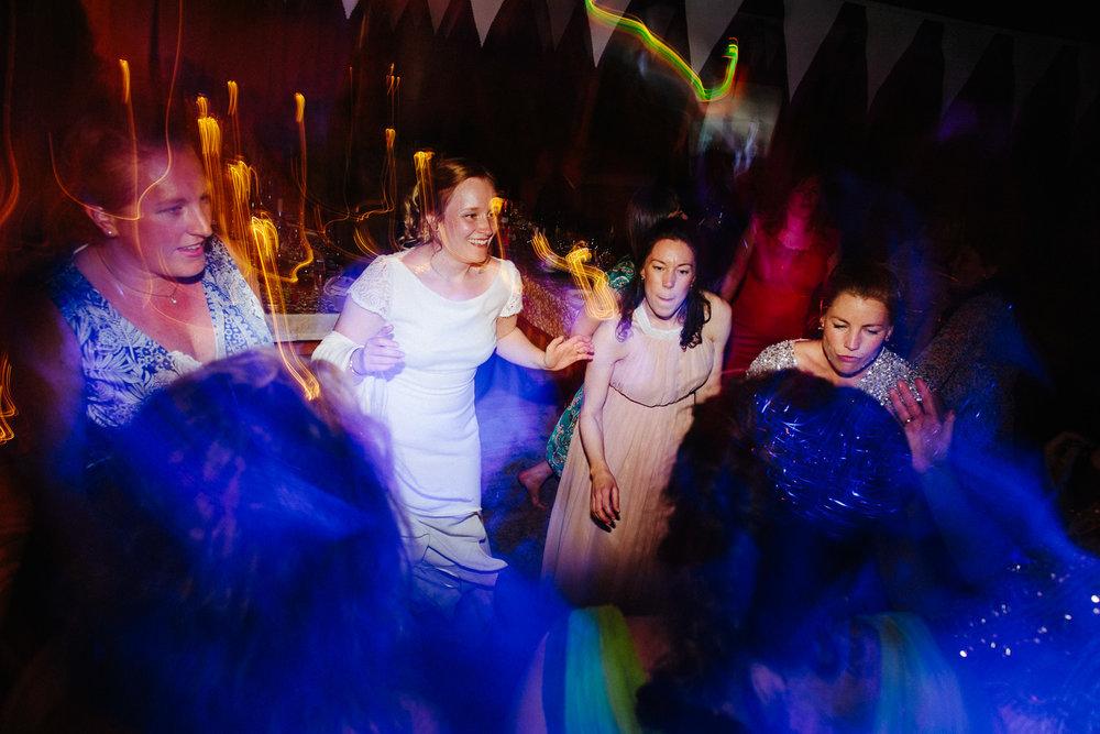Bruden og hennes venninner på dansegulvet i bryllupet