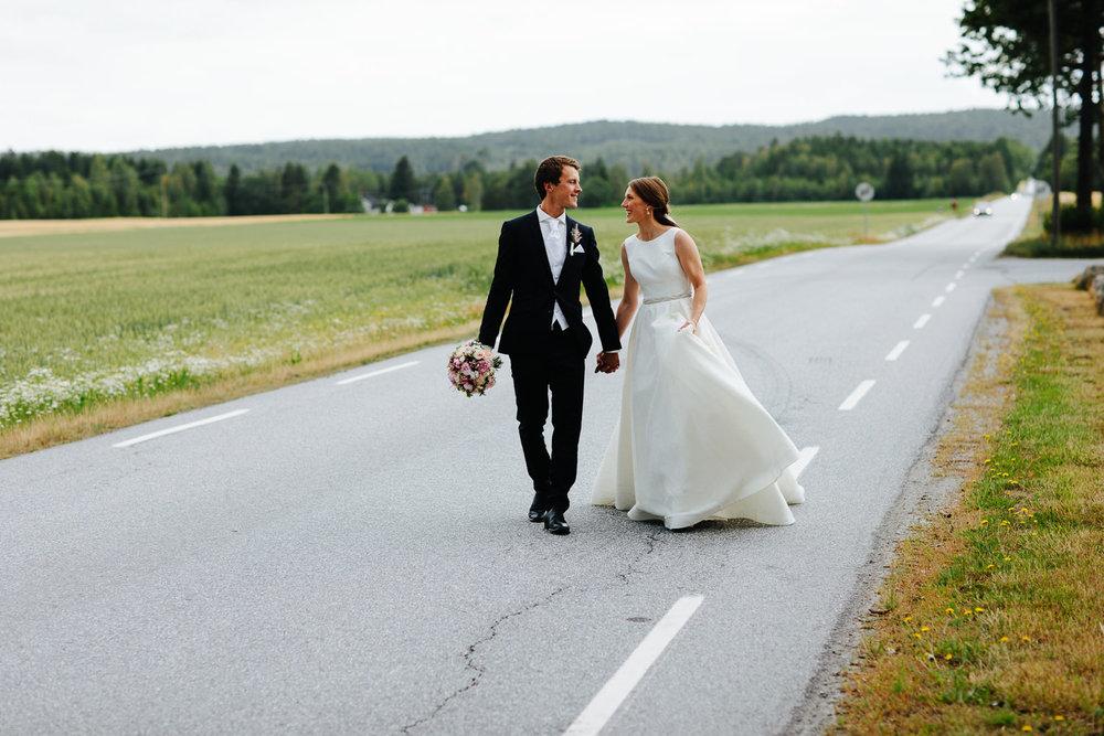 Brudepar på landevei, bryllupsbilde i Halden