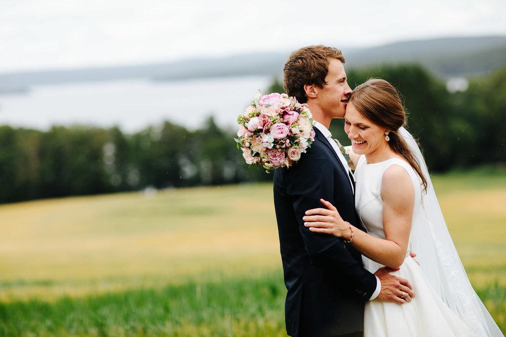 Bryllupsfotograf i Sarpsborg brudebilde i åkeren