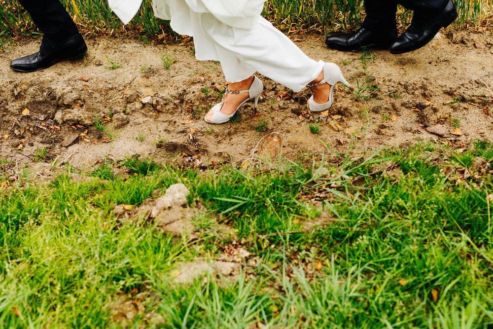 Bryllup kjole og pensko i gjørme