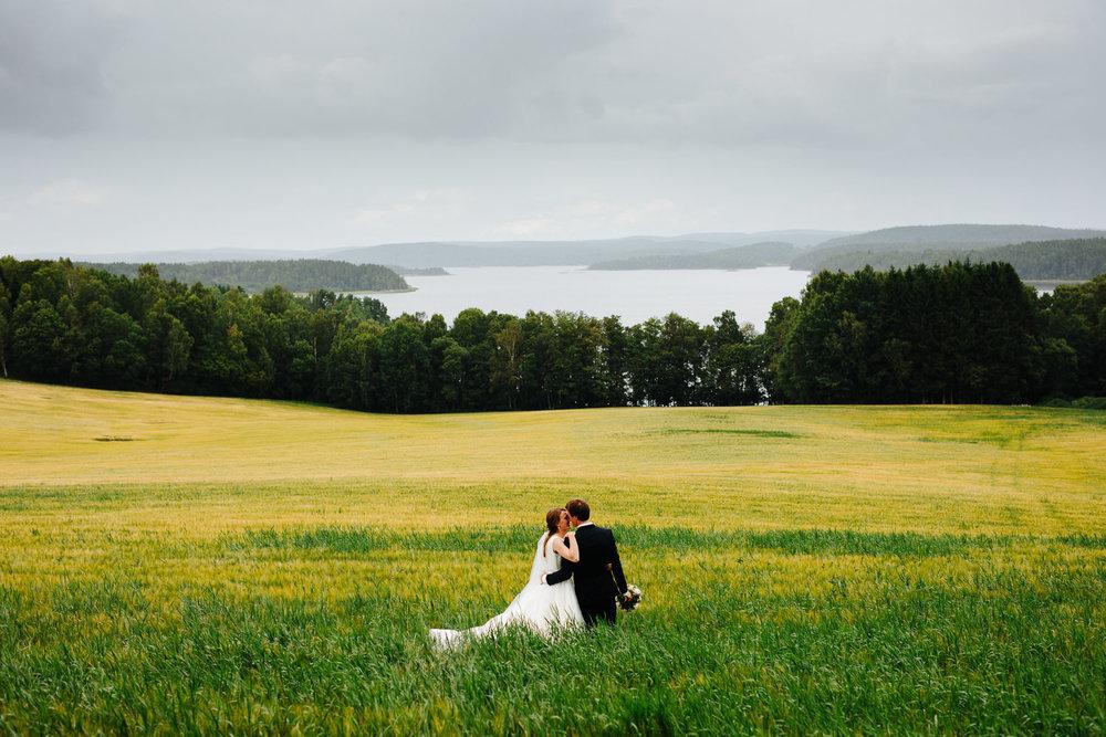 Bryllupsbilde i åkeren med Isesjøen i bakgrunnen