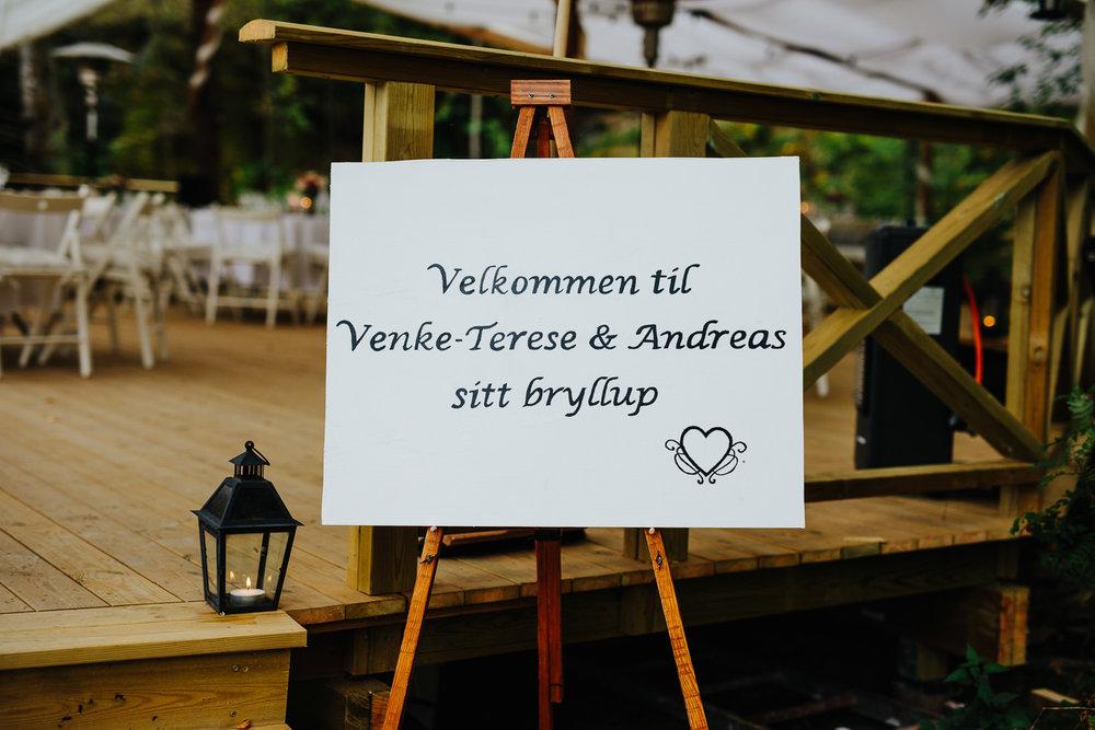 Skilt med velkommen til bryllup ved hagebryllup