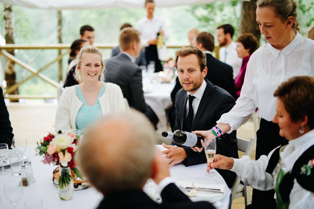 Bryllupsgjester i partytelt utendørs