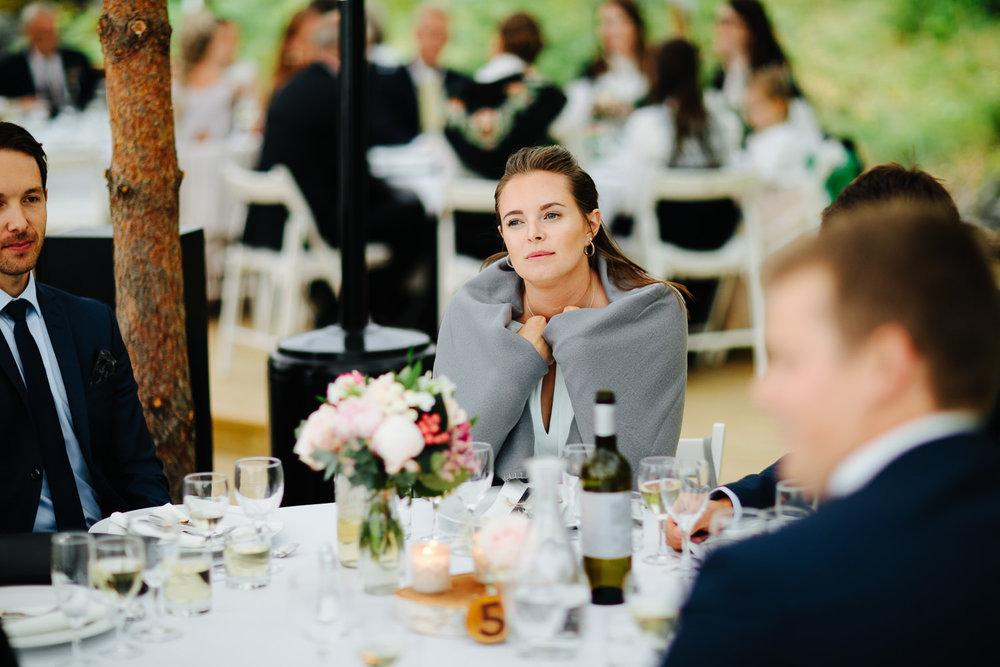 Utendørs bryllup med varme tepper til gjestene