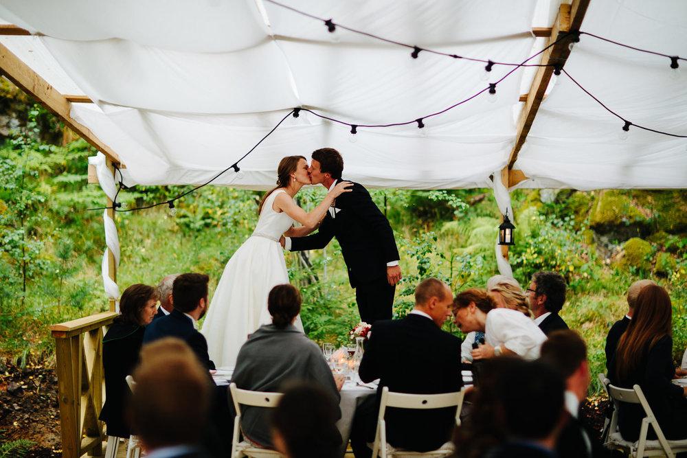 Brudepar må opp på stolene og kysse