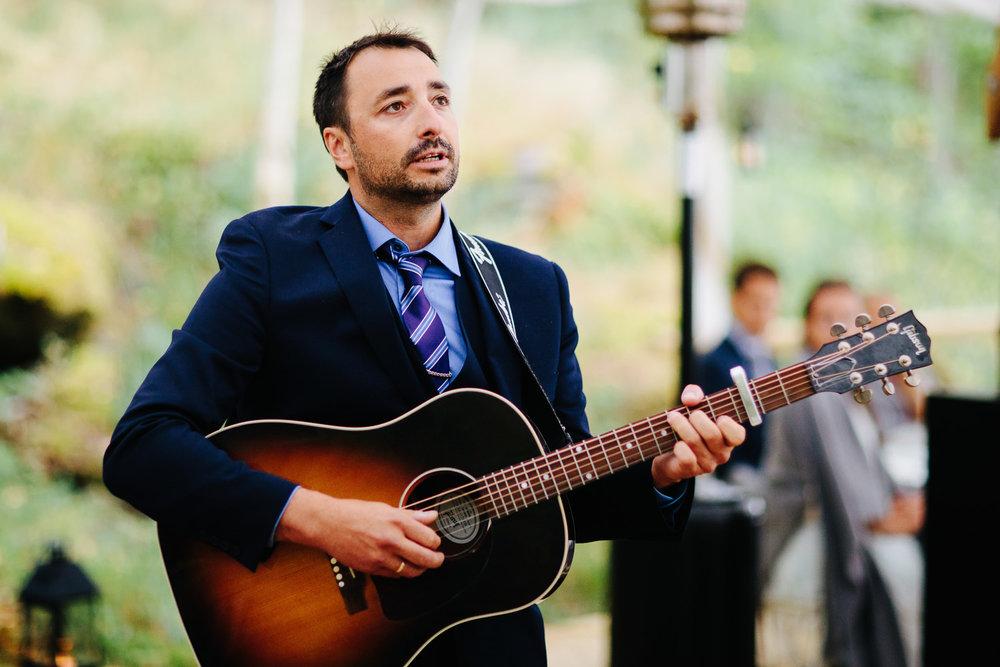 Live musikk fra trubadur under bryllupsmiddagen