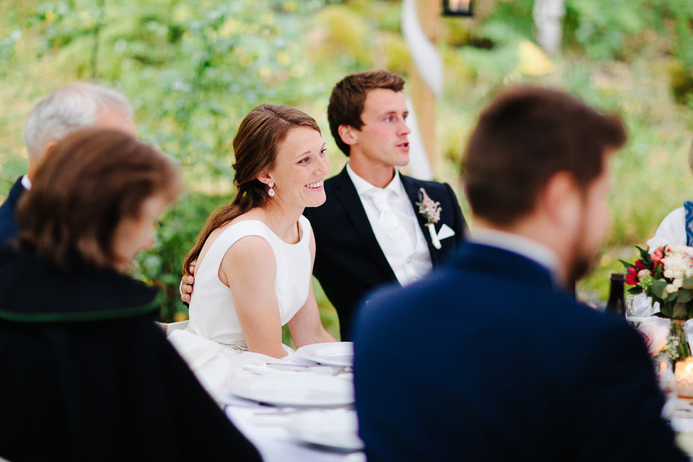 Bilde av brudepar under bryllupsmiddag