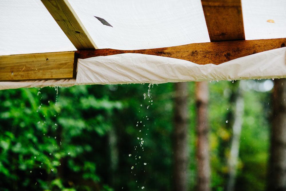 Regnet drypper fra partytelt under bryllup