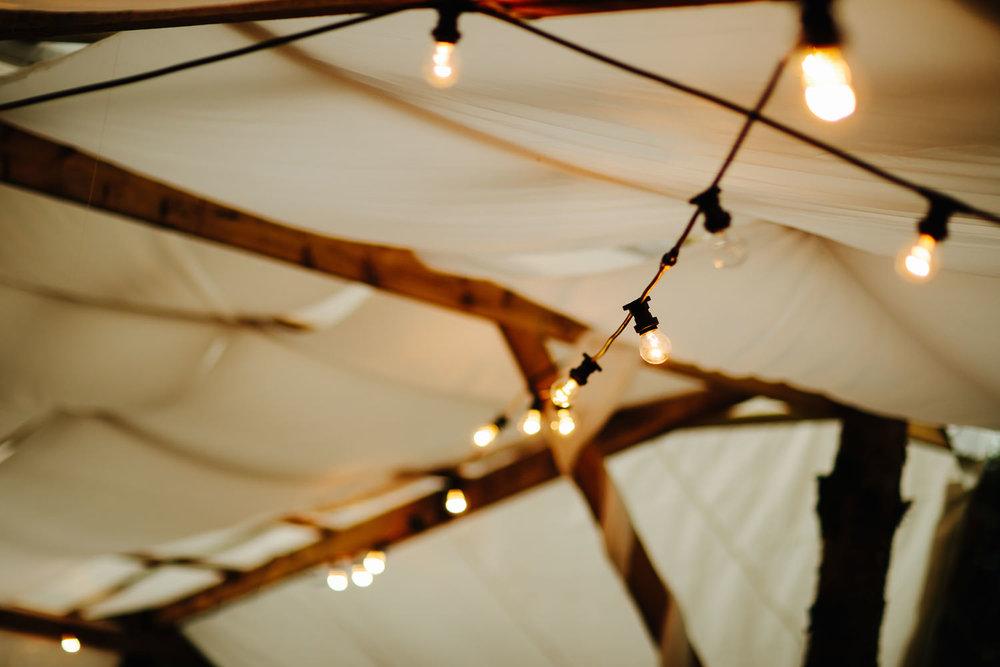 Lyslenker i taket på partytelt i bryllup