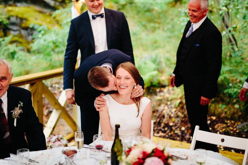 Brudgommen er borte og mennene kysser bruden