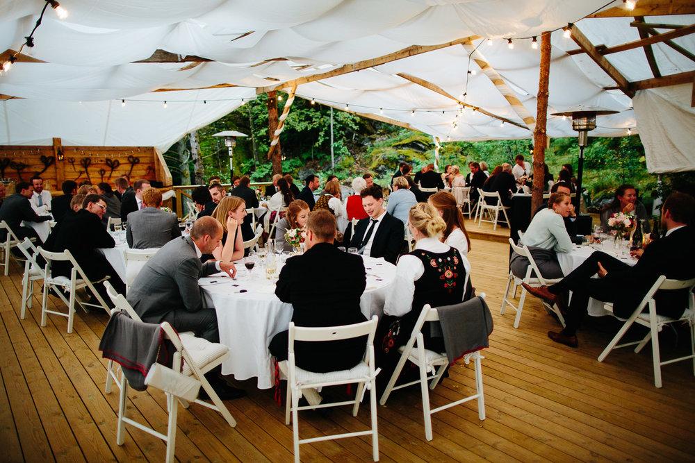 Utendørs bryllup i partytelt
