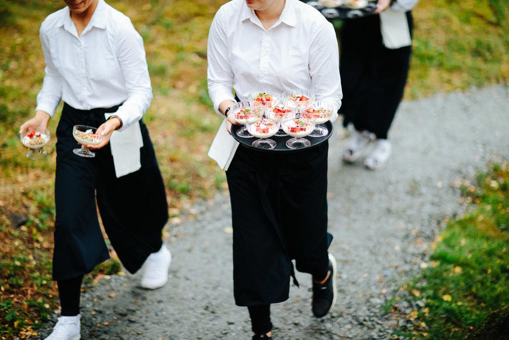 Dessert serveres i bryllup utendørs