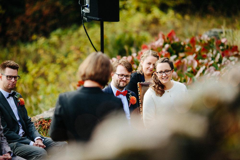 16-bryllup-solstua-vielse-ute.jpg