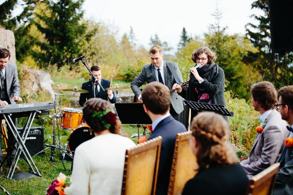 18-bryllup-solstua-vielse-ute.jpg