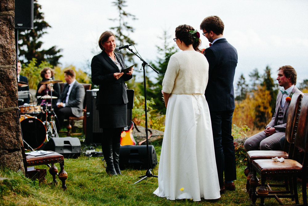 23-bryllup-solstua-vielse-ute.jpg