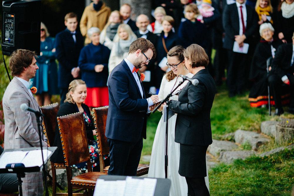 26-bryllup-solstua-vielse-ute.jpg