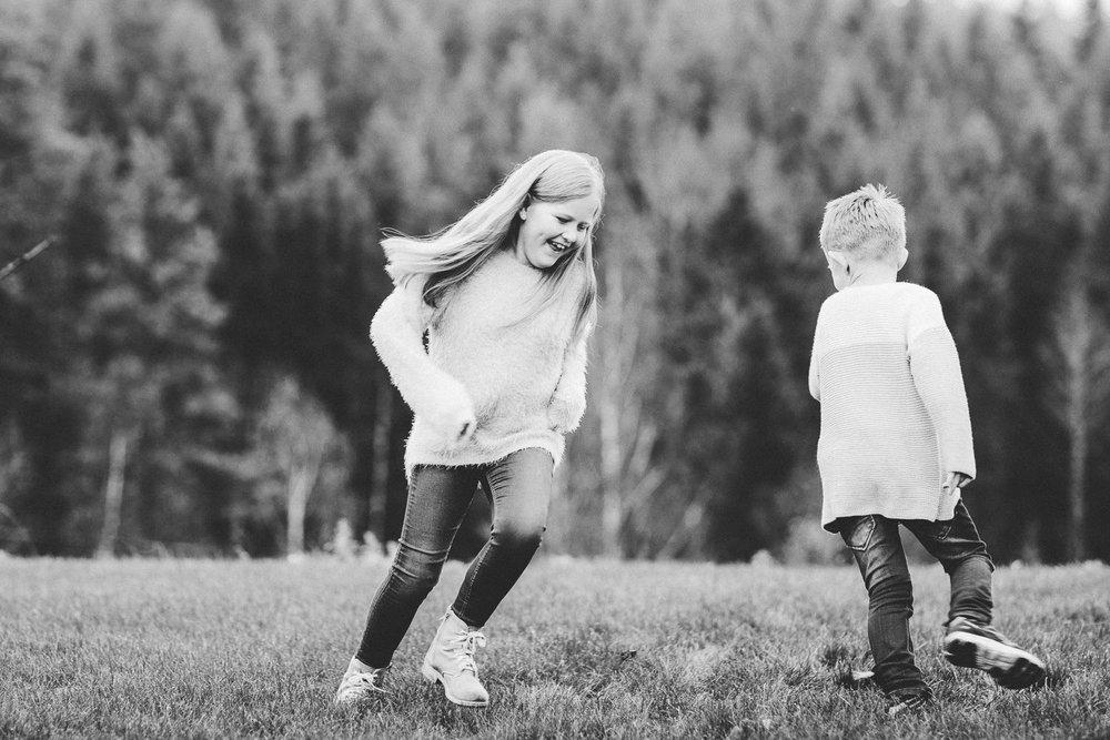 To barn leker under en familiefotografering i Sarpsborg på høsten.