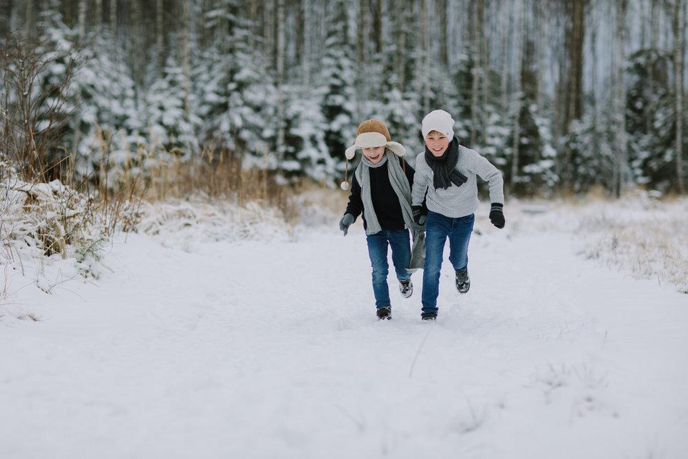 to gutter leker i snøen i sarpsborg