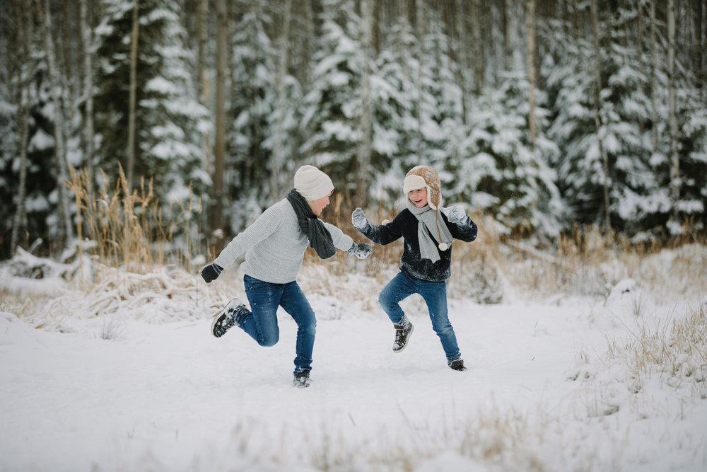 det er snø i sarpsborg og to brødre leker i snøen