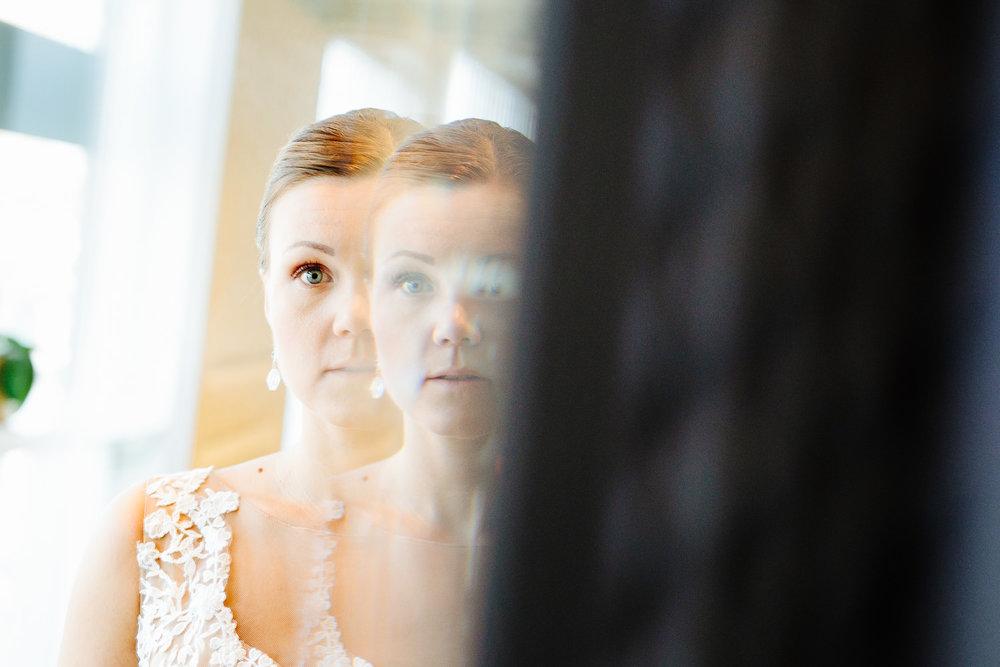 Brud gjør seg klar foran speilet før vielsen.