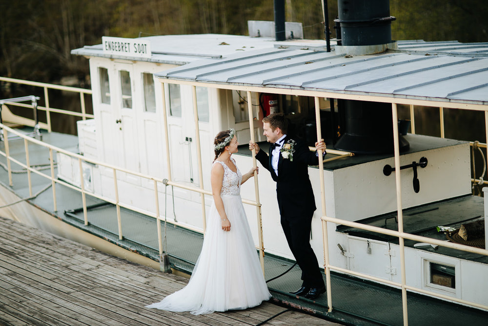 Brudepar på gammel båt utenfor Ørje Brug og Kanalmuseet ved Haldenvassdraget.