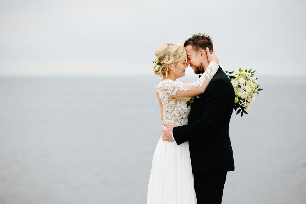 Brudepar med havet i bakgrunnen på Hvaler.