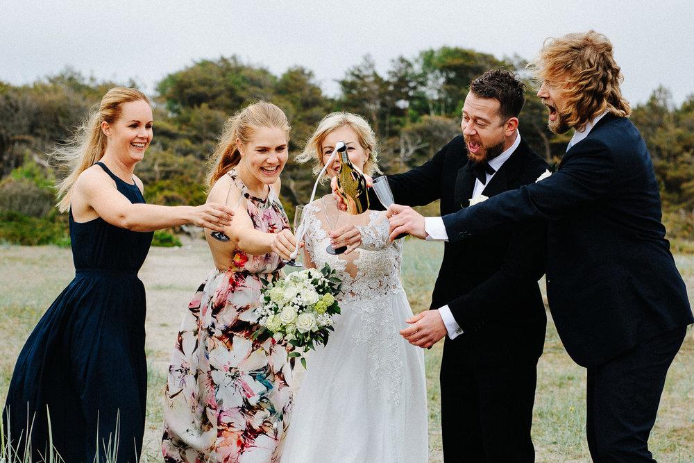 Brudepar og forlovere skåler i champagne etter vielsen på Hvaler.