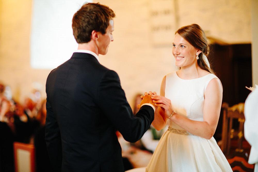 Ekteskapsinngåelse i kirken hvor brud og brudgom gir hverandre sitt ja.