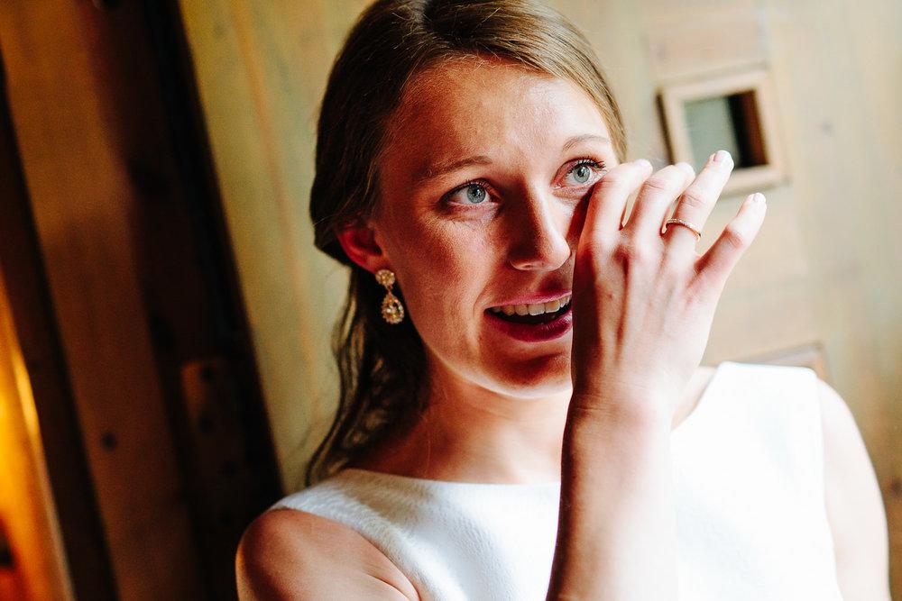 Rørt brud tørker tårer etter vielse i kirken.