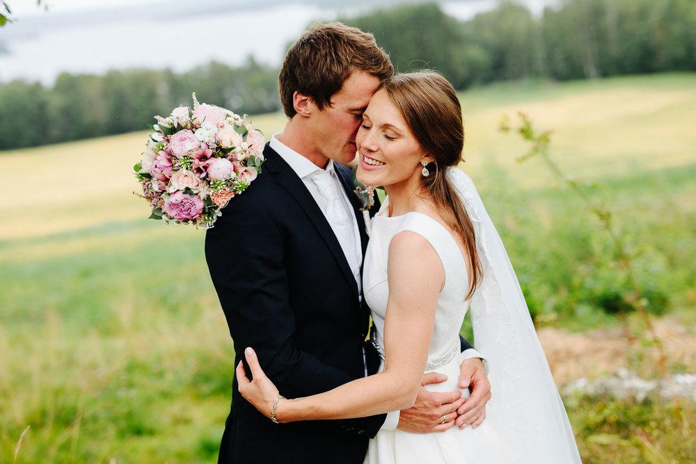 Vakkert brudepar i Sarpsborg med utsikt mot Isesjøen.