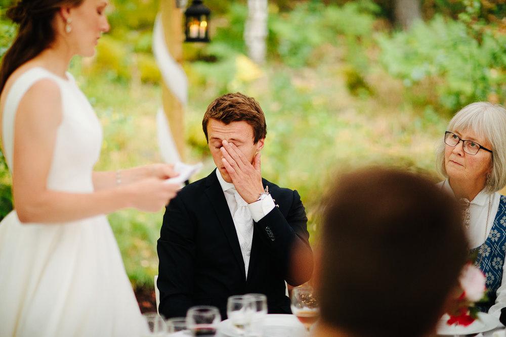 Rørt brudgom under brudens tale fra utendørs bryllup i Østfold.