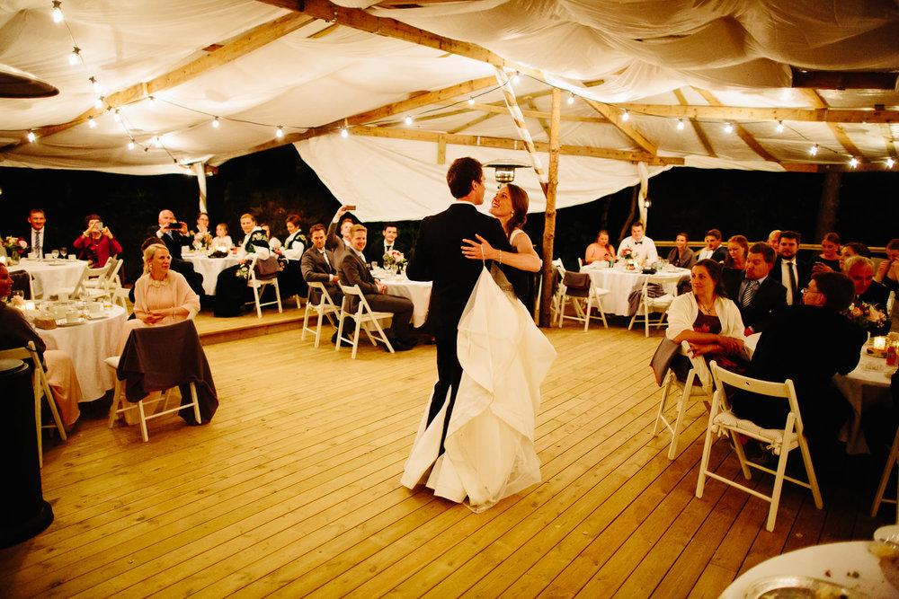 Brudeparets første dans brudevals på paviljong utendørs.