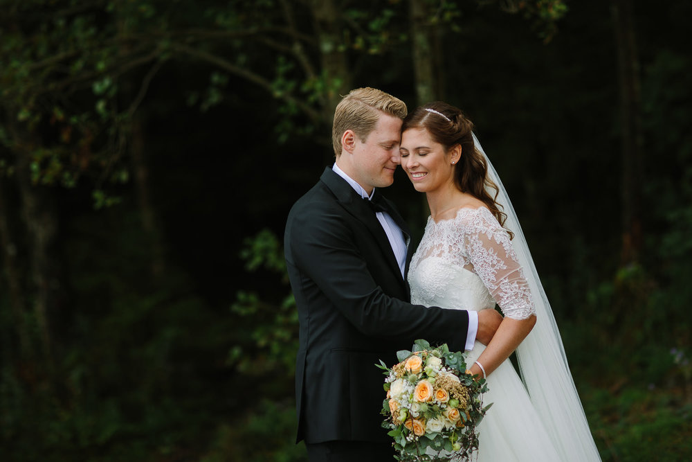 Bryllupsbilde i Sarpsborg med et vakkert brudepar i naturlig posering.