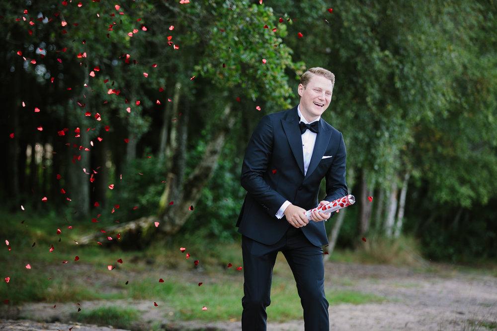 Brudgom skyter konfetti i Sarpsborg.