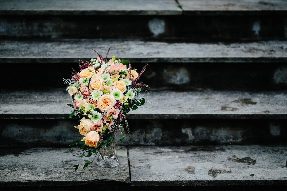 Flott brudebukett i trappa på Torderød Gård i Moss.