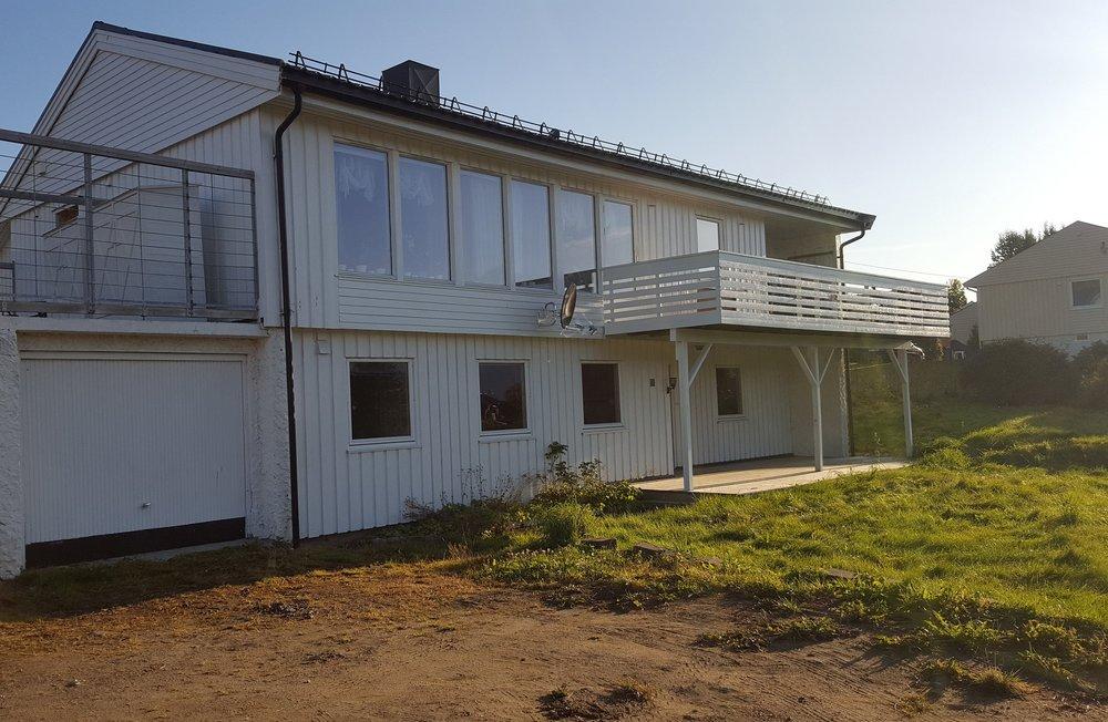 Dette huset i Sjøvegen 1 overtok vi i mai 2017. Leiligheten i 2. etasje er utleie etter litt ombygging. Vi søker nå tillatelse for å etablere 4-romsleilighet i 1. etasje.