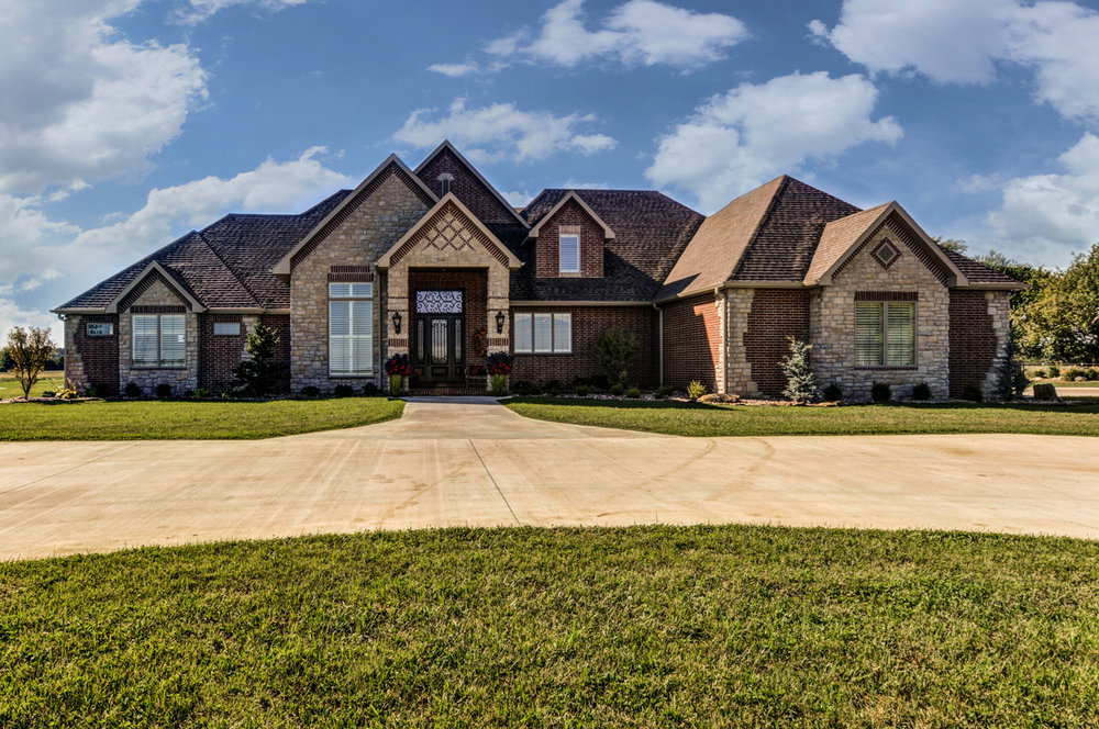 built-by-brett-custom-home-springfield-mo-13735-lawrence-2100-exterior-001.jpg