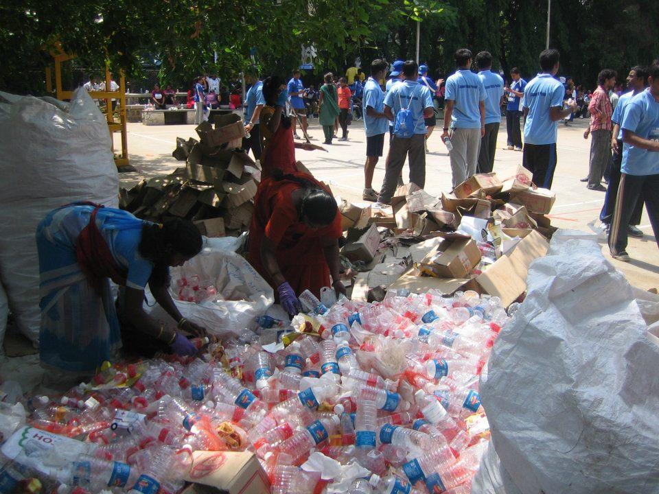 Saahas staff segregates waste at a 10K marathon in Bengaluru. Source: Facebook.com/saahas