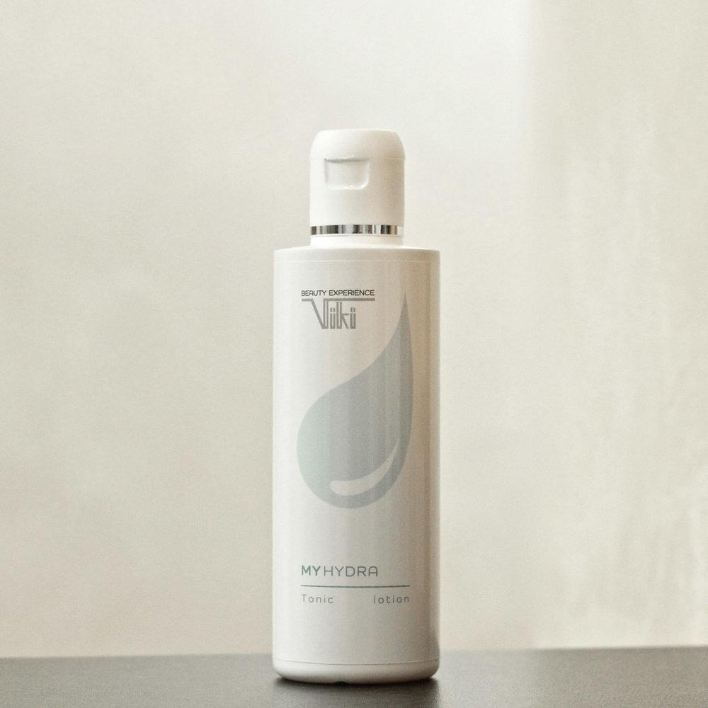 MyHydra Tonico - Mantiene la pelle protetta riportandola al suo equilibrio ottimale. Raccomandato mattina e sera dopo la detersione come gesto tonificante e riequilibrante. Ha uno straordinario effetto addolcente e idratante e aumenta l'elasticità della pelle. Rende la pelle più ricettiva al trattamento successivo. È priva di alcol. Formulato con aloe, ginseng e fattore naturale di idratazione (NMF) è dedicato a tutti i tipi di pelle.